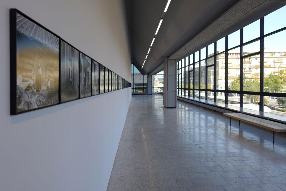 מעטפת הזכוכית מאפשרת חשיפה של פנים המוזיאון לעוברים והשבים ברחובות המקיפים את הבניין (צילום: מיכאל יעקובסון)