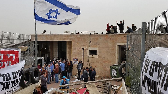 Youngsters congregate at the Givat Ze'ev synagogue, aiming to block its demolition. (Photo: Lior Paz)