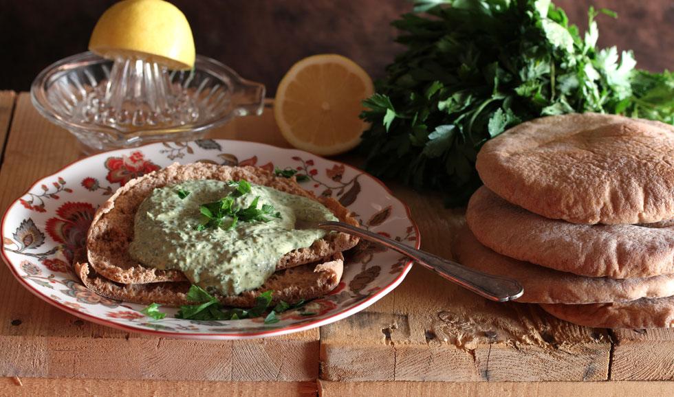 טחינה ירוקה עם פטרוזיליה ופלפל חריף (צילום: אסנת לסטר)