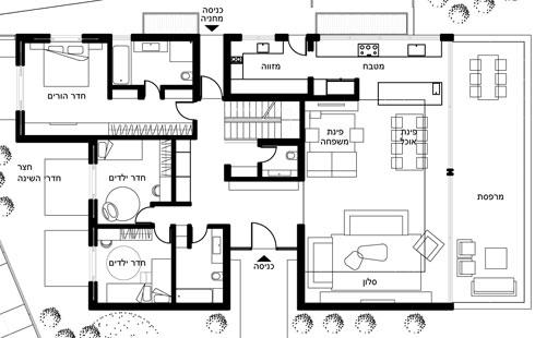 תוכנית קומת הכניסה: מימין הסלון והמטבח, משמאל חדרי השינה (תכנית: יעקבס-יניב אדריכלים)