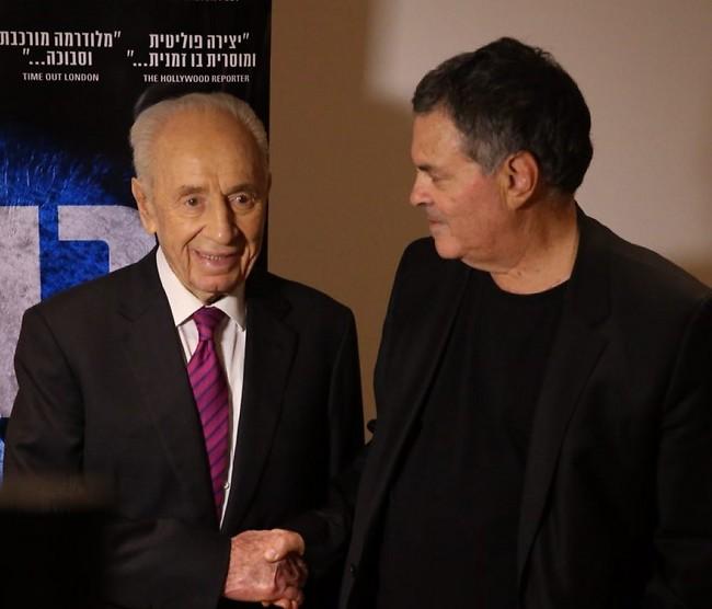 עמוס גיתאי ושמעון פרס (צילום: מוטי קמחי)