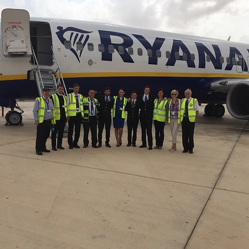 צוות המטוס של החברה האירית אחרי הנחיתה ההיסטורית בעובדה (צילום: רשות שדות התעופה) (צילום: רשות שדות התעופה)
