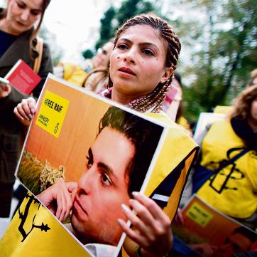 """חיידר מפגינה למען שחרור בעלה מול שגרירות סעודיה בווינה. """"אדביק לו נשיקה ארוכה"""""""