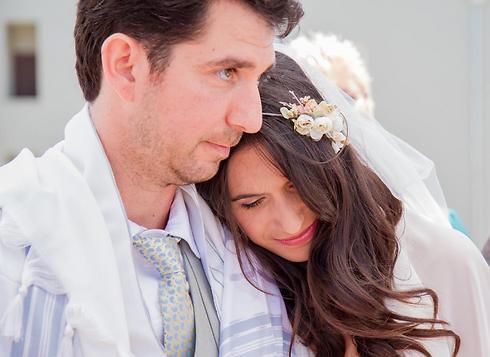 החתונה הראשונה נערכה בבית. גל ולירון מרגשים (צילום: רונן וולמן Re:fresh) (צילום: רונן וולמן Re:fresh)