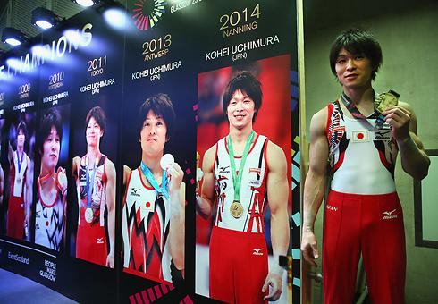 כרגע הוא נראה בלתי פגיע. אוצ'ימורה משוויץ עם מדליית הזהב (צילום: gettyimages) (צילום: gettyimages)