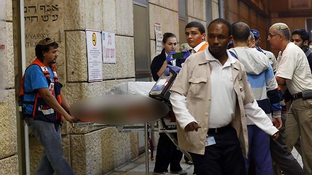 פינוי החייל לבית החולים (צילום: AFP) (צילום: AFP)