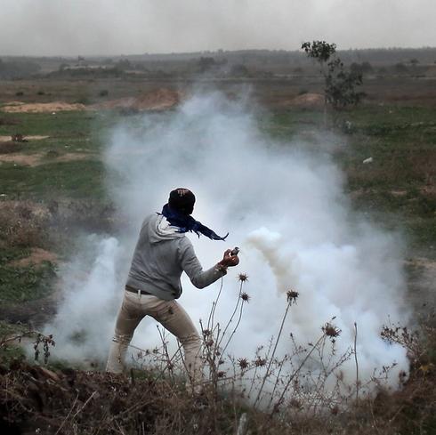 A Palestinian throwing rocks (Phoot: AP)