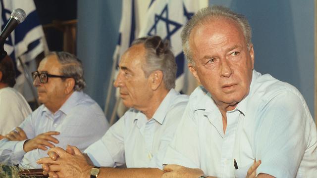 תמך ברבין. נבון (משמאל) לצד ראש הממשלה ושמעון פרס (צילום: דוד רובינגר)