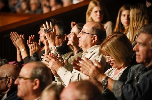 יעלון צופה בהופעה, אשתקד (צילום: אלירן אביטל) (צילום: אלירן אביטל)