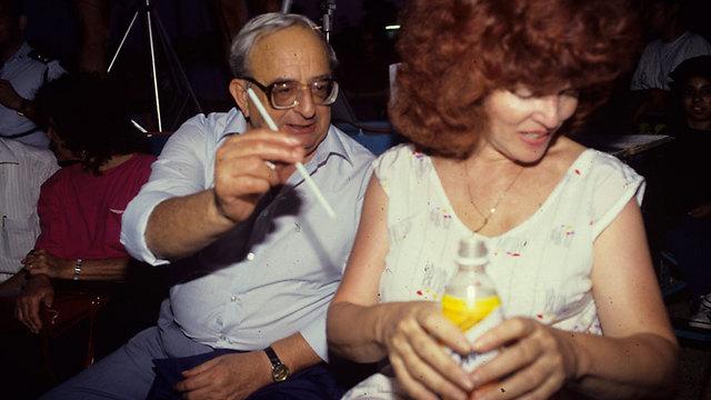 """עם רעייתו אופירה, 1990 (צילום: מאיר אזולאי, """"ידיעות אחרונות"""") (צילום: מאיר אזולאי,"""