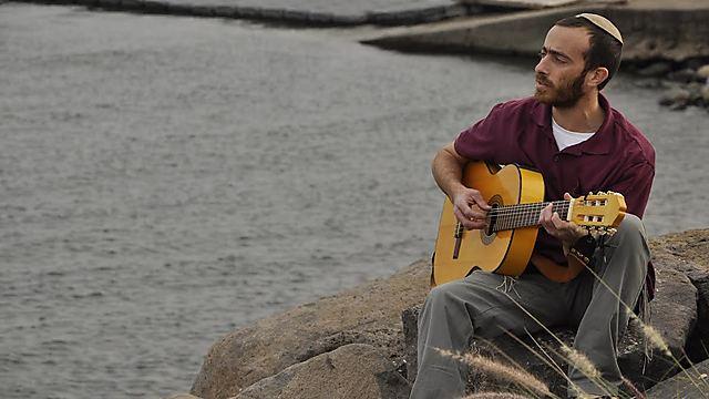 """""""אני לא חולם לכבוש אולמות, יש לי רק שאיפה שהמוזיקה תגיע לאנשים"""". בן אב""""י (צילום: רוני שגב) (צילום: רוני שגב)"""