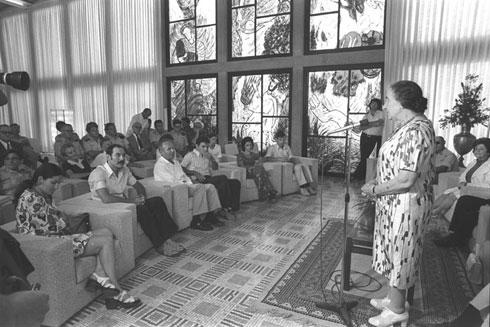 """''נו מה אתה רוצה, אני ארכיטקטית?'' שאלה גולדה. כאן בבית הנשיא (צילום: הרמן חנניה, לע""""מ)"""