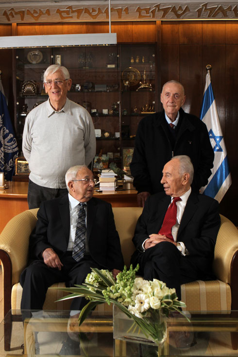 נערי בן גוריון, לימים נשיאי המדינה. יצחק נבון (משמאל) ושמעון פרס (צילום: אלכס קולומויסקי)