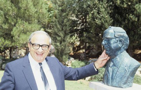 כל נשיא משאיר מאחוריו פסלון. נבון עם שלו (צילום: דוד רובינגר)