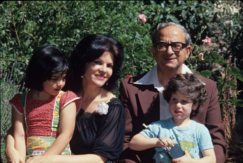 יצחק, אופירה, נעמה וארז נבון. היה הנשיא הראשון שעבר עם משפחתו למשכן, והדבר הצריך גם שינויים עיצוביים (צילום: דוד רובינגר)