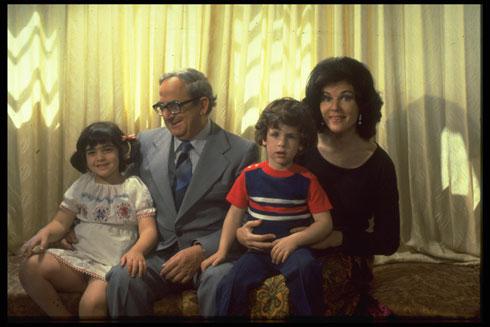 דעתן גם בענייני אדריכלות ותרבות. נבון ומשפחתו (צילום: SA'AR YA'ACOV, לעמ)