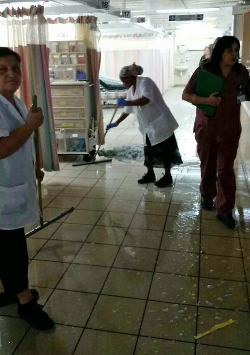 מסדרונות מוצפים בבית החולים הבוקר  (צילום: דוברות עיריית אשקלון) (צילום: דוברות עיריית אשקלון)