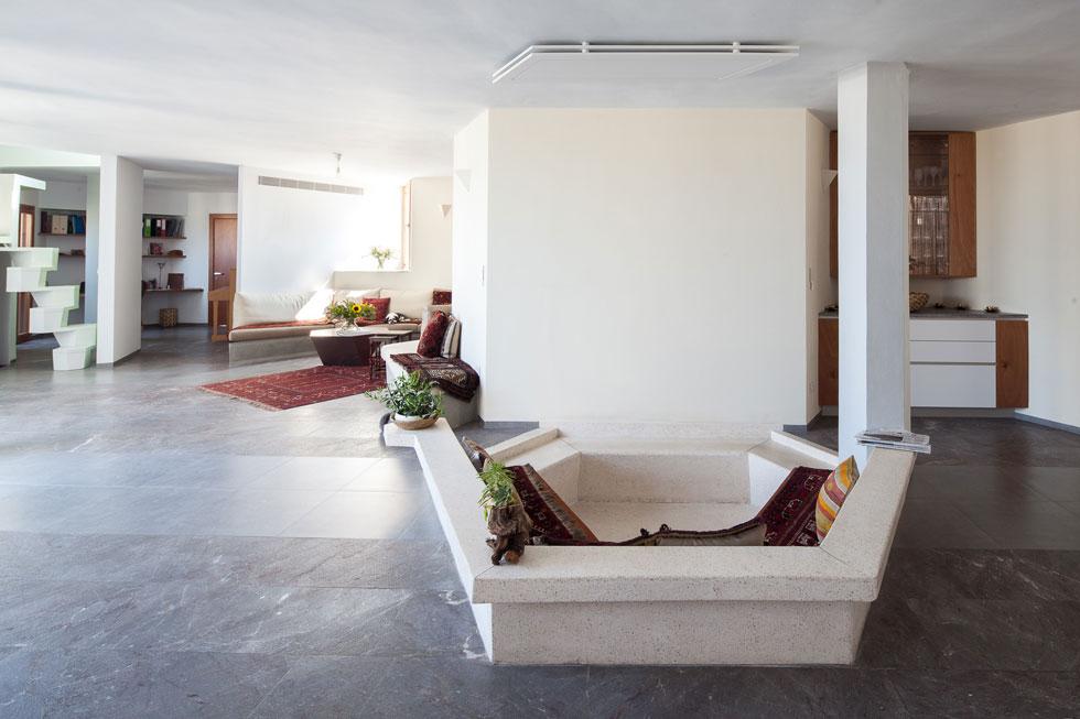 """בדירת הגג גר בעבר היזם סם דובינר, אבל לאחרונה עברה אליה בתו של האדריכל הקר, ד""""ר אלה זימרמן. בילדותה היא גרה בדירה קטנה יותר בבניין (צילום: טל ניסים)"""