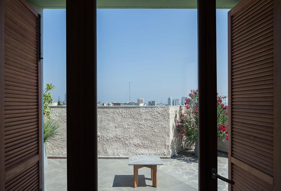 מכיוון שהבית נמצא על גבעה גבוהה, נשקף מהדירה נוף מרהיב של גוש דן (צילום: טל ניסים)