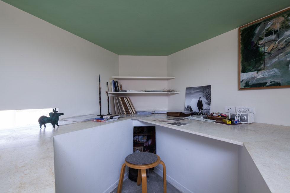פינת העבודה בקומת הגלריה, שנמצאת בדיוק מעל פינת הטלוויזיה (אותה ניתן לראות בהמשך הכתבה) (צילום: טל ניסים)