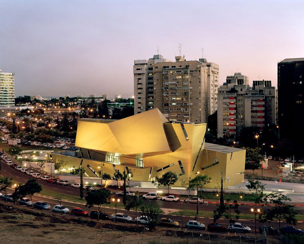 הפרויקט הראשון של ליבסקינד בישראל היה מרכז וואהל באוניברסיטת בר אילן. פח זהוב מבחוץ, נטע זר ומרופט במבחן התוצאה (צילום: BitterBredt)