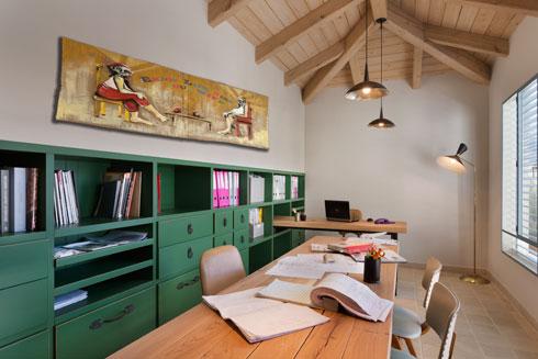 """לחדר העבודה יש כניסה נפרדת. אורך השולחן: 240 ס""""מ (צילום: אסף פינצ'וק)"""