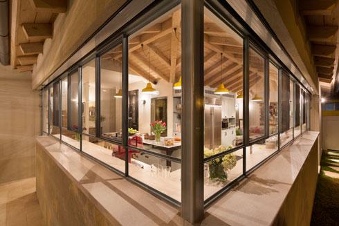 כך נראה המטבח מהחצר (צילום: אסף פינצ'וק)