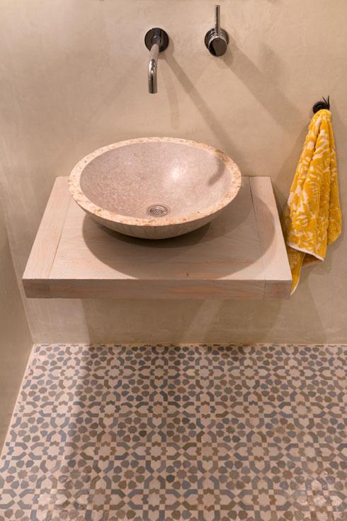 שירותי האורחים. כיור בטון, מדף עץ, רצפת זיליז' (צילום: אסף פינצ'וק)