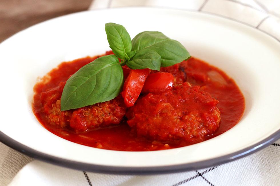 קציצות קינואה וחצילים ברוטב עגבניות (צילום: מיכל מעוז נחום)