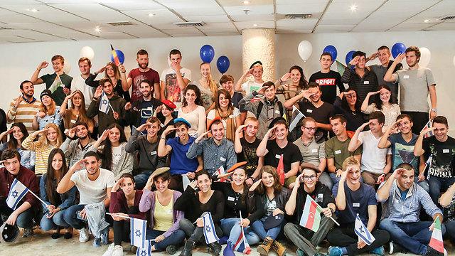 """כ-100 צעירים וצעירות מ-21 מדינות. חלק ממשתתפי מסיבת הגיוס (צילום: אבישג שאר ישוב, באדיבות """"נפש בנפש"""") (צילום: אבישג שאר ישוב, באדיבות"""