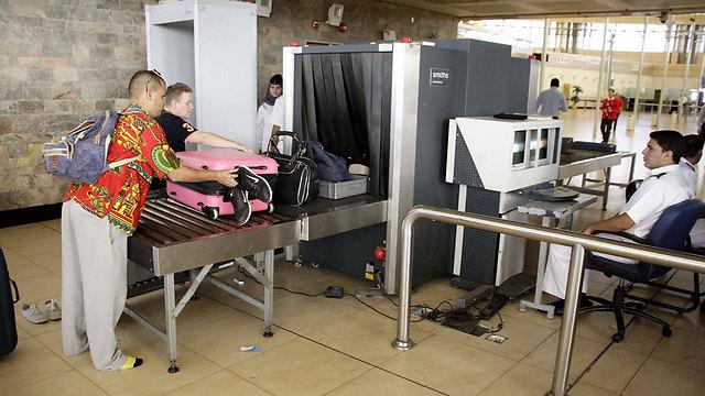 מכשיר שיקוף סטנדרטי, בשדה התעופה בסיני (צילום: AP) (צילום: AP)