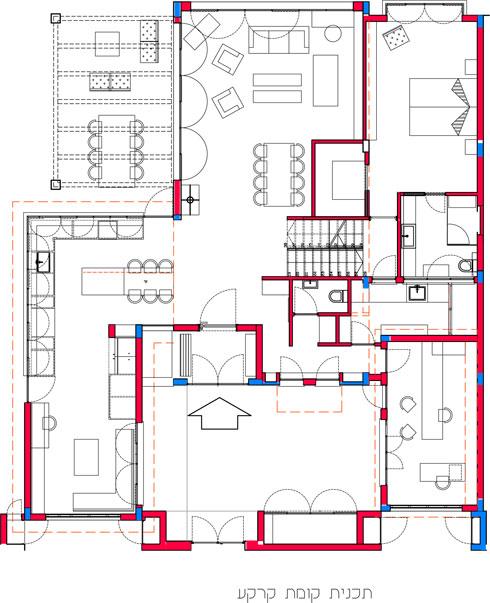 תוכנית קומת הקרקע. מול הדלת: הסלון. משמאל: המטבח ופינת המשפחה. מימין: המשרד וחדר המשחקים (תכנית: קרן גנס)