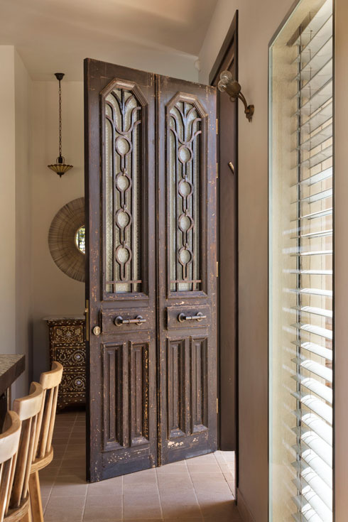 שתי דלתות נפרדות אוחדו לדלת אחת (צילום: אסף פינצ'וק)