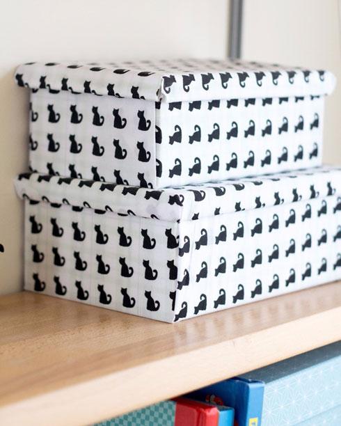 הקופסאות נעטרפו בבד עם ציורי חתולים (צילום: נוית קליין)