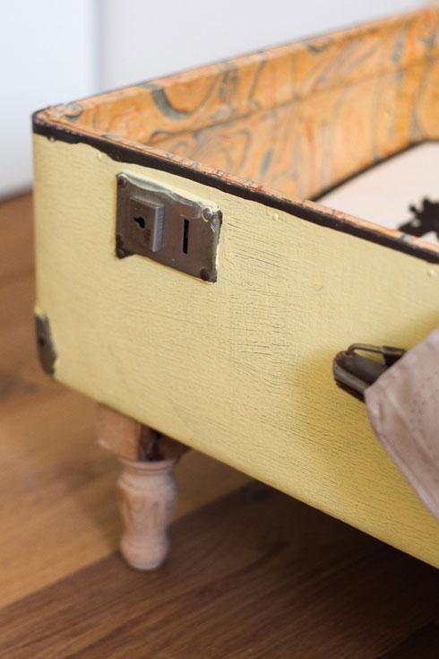 המזוודה ישנה נצבעה והורכבו לה רגליים מעץ (צילום: נוית קליין)