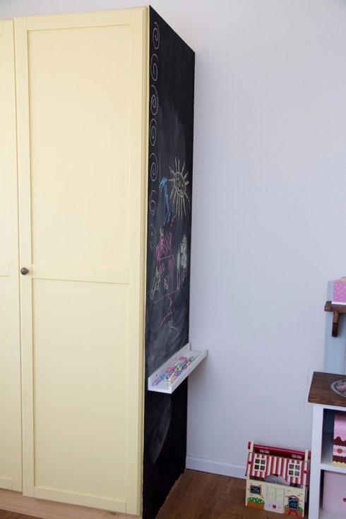 דופן הארון נצבעה בצבע מיוחד, ומשמשת כלוח לציור (צילום: נוית קליין)