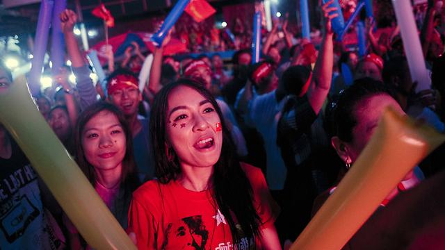 חגיגת המנצחים. תומכי מפלגת האופוזיציה במיאנמר (צילום: AFP) (צילום: AFP)