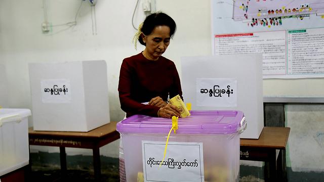 מצביעה בבחירות הדמוקרטיות הראשונות (צילום: רויטרס) (צילום: רויטרס)