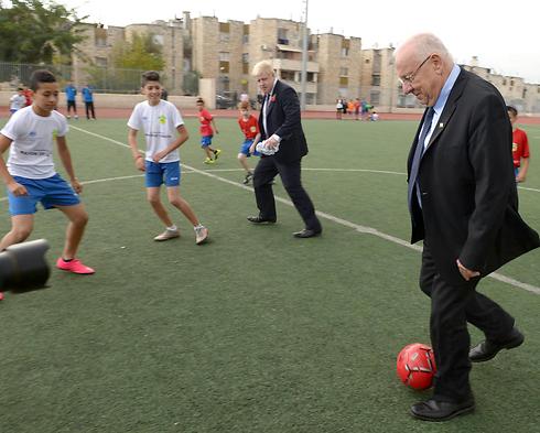 """יש לו מהלכים. ריבלין משחק כדורגל (צילום: מארק ניימן, לע""""מ) (צילום: מארק ניימן, לע"""