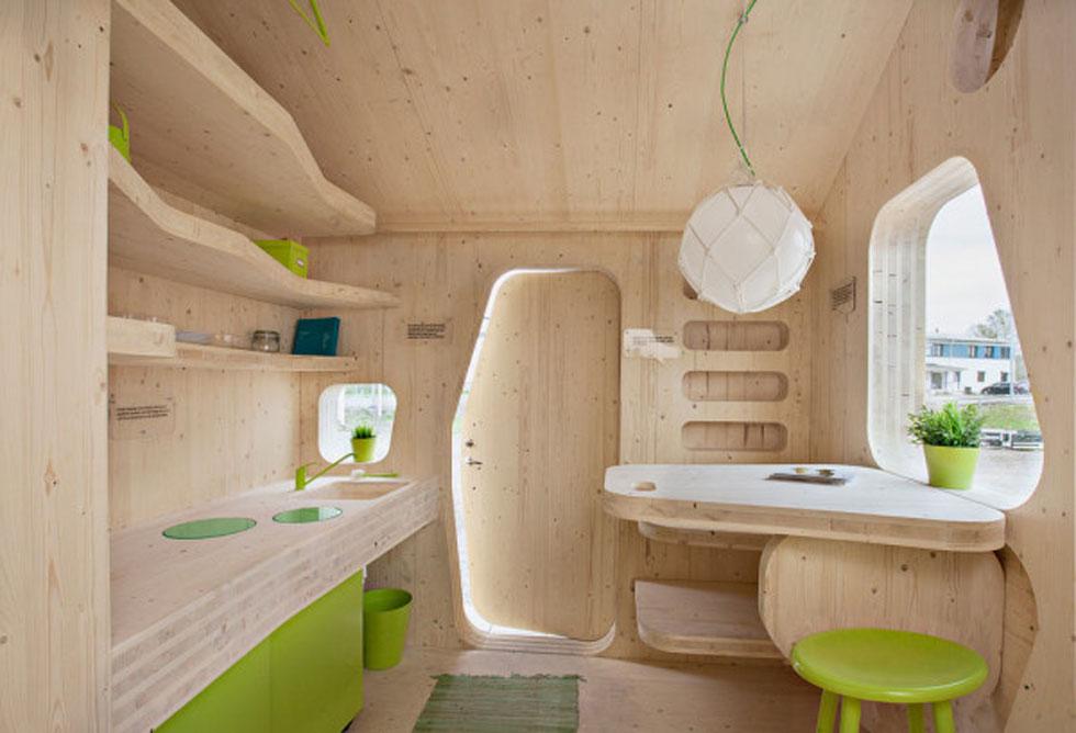 """ועוד משבדיה: בית לאדם אחד, שתוכנן כחלק מכפר סטודנטים ב-Virserum ובאוניברסיטת Lund. הבית הקטן והחכם הזה בנוי מחומרים ידידותיים לסביבה, ניתנים למיחזור, והוא מצליח להכניס כל מה שסטודנט צריך (כולל שירוקלחת) ב 10 מ""""ר בלבד. עיצוב: TENGBOM  (צילום: Bertil Hertzberg)"""
