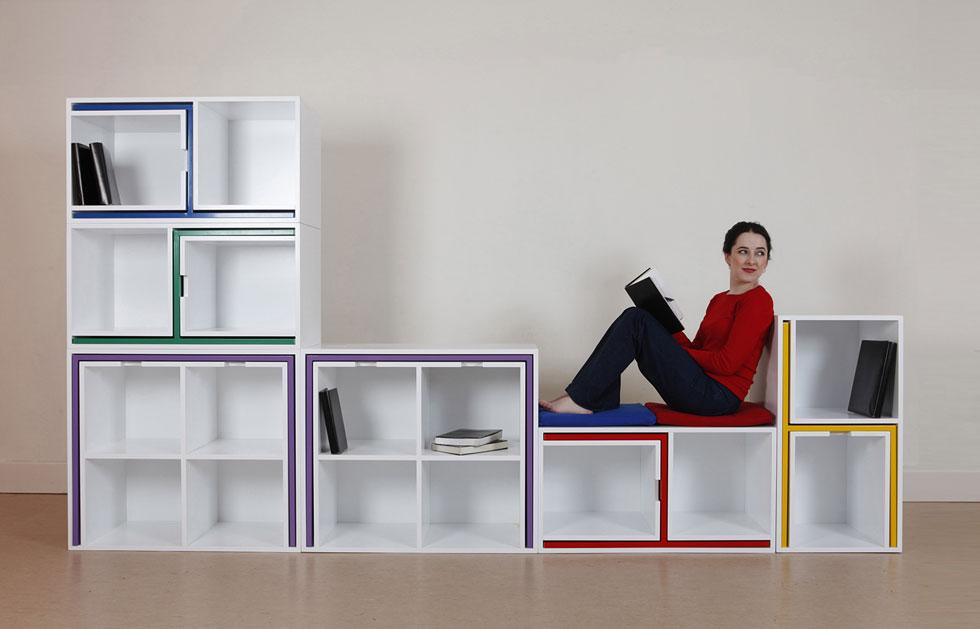 בתחום הפריטים לבית יש מגמה של מוצרי ''רובוטריקים'' - שמתפרקים ומשתנים - לצד מוצרים היברידיים, שהורכבו יחד לצורך החיסכון במקום. בתמונה: טרי משבוע העיצוב האחרון בלונדון - As if from nowhere - ספרייה שמתפרקת לשולחן וכיסאות. עיצוב: סטודיו Orla Reynolds  (צילום: Mark Duggan)