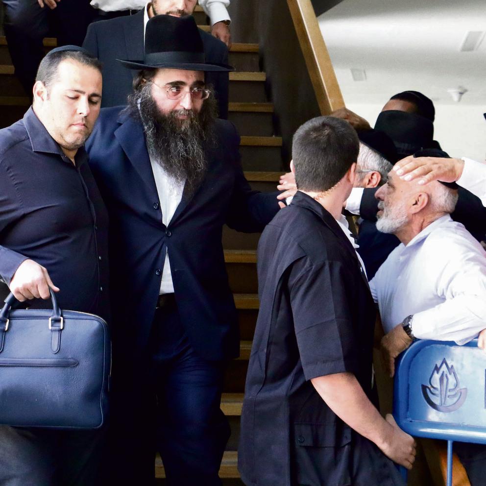 מאמיני הרב ממתינים לו ביציאה מבית המשפט המחוזי בתל-אביב