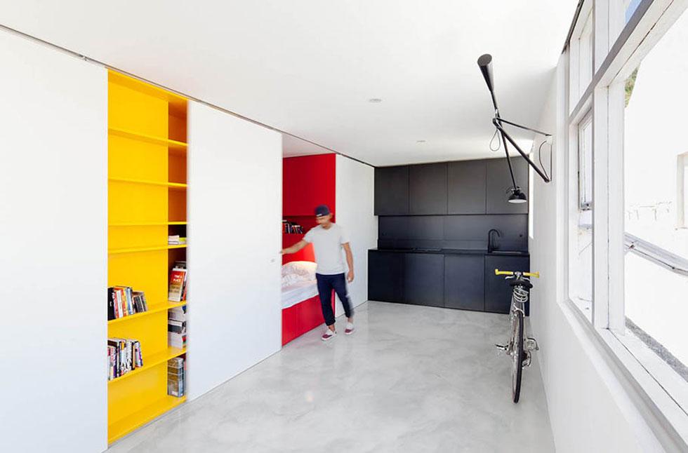 דירת סטודיו ב-Woolloomooloo אוסטרליה מתבססת על דלתות הזזה כמחיצות שפותחות וסוגרות שימושים שונים בחלל. עיצוב: Nicholas Gurney (צילום: Katherine Lu)
