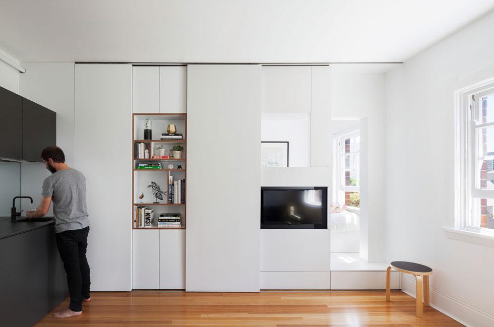 """אותו עיקרון, שוב באוסטרליה. דירה של 27 מ""""ר שלא חסר בה דבר: קיר שהוא גם רהיט משמש לחציצה בין אזורים שונים של הדירה וגם כמקום אחסון לכל דבר. עיצוב: אדריכל Brad Swartz (צילום: Katherine Lu)"""