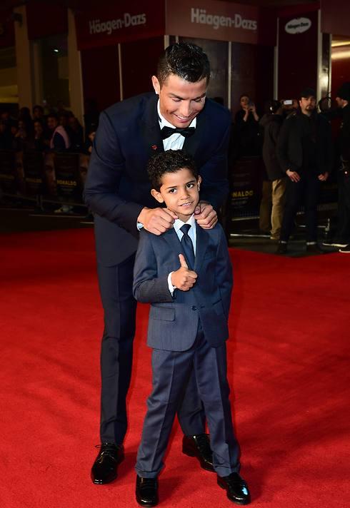 """כריסטיאנו רונאלדו עם הבן. """"אני לא יכול להסתיר ממנו את איכות החיים שלי"""" (צילום: MCT) (צילום: MCT)"""