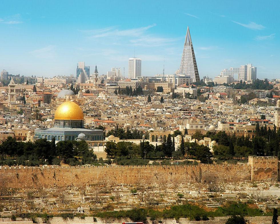 הדמיית מגדל הפירמידה בירושלים בהשוואה להר הבית. גם אחרי שהיזם נדרש לקצץ את השפיץ שלו ב-60 מטר, הוא מנותק מכל הקשר סביבתי והיסטורי. לחצו על התמונה לכתבה המלאה עליו (הדמיה: עמותת האדריכלים - משרד יעקב מולכו)