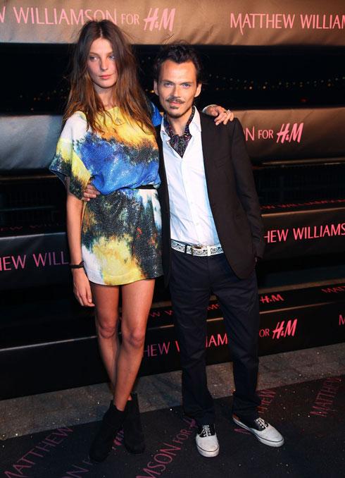 המכירות עלו בעקבות החשיפה לקהל הרחב. מת'יו וויליאמסון בהשקת שיתוף הפעולה שלו עם H&M בשנת 2009 (צילום: gettyimages)