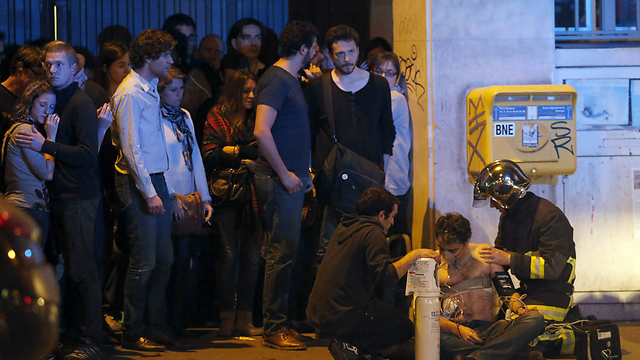 פינוי נפגעים ליד תיאטרון בטקלאן  (צילום: רויטרס) (צילום: רויטרס)