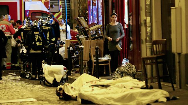 הירי במסעדה ליד האצטדיון  (צילום: AP) (צילום: AP)