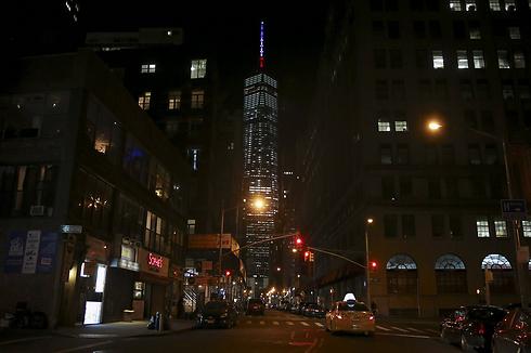מזדהים עם הקורבנות בצרפת. מגדל הסחר העולמי בניו יורק מואר בדגלי הדגל הצרפתי (צילום: רויטרס) (צילום: רויטרס)